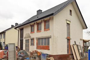 Dieses Einfamilienhaus wird mit einem WDVS gedämmt und teilweise mit Steinplatten verkleidet