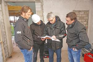 Francesco Rössler, Joachim Haas, Christian Keitzl und Christian Söffker   von Würth machen sich mit den Anforderungen des Herstellers Geopietra vertraut