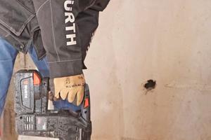 Dübellöcher sollten – außer in Beton – grundsätzlich ohne Schlag gebohrt und anschließend gesäubert werden Foto: Thomas Schwarzmann