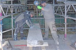 Bergung der Beckenrandsteine aus Granit durch die Steinmetze