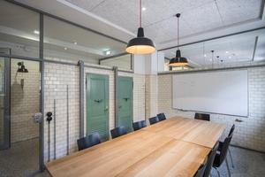 """Die einst für Duschen und Badewannen erforderlichen Kabinen boten Platz für Seminarräume<span class=""""bildnachweis"""">Foto: Martin Nicholas Kunz / cpm architekten</span>"""