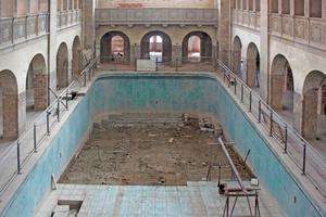 """Den alten Beckenboden schnitten die Handwerker mit der Betonsäge in etwa 1200 Würfel mit einem Einzelgewicht von rund 250kg<span class=""""bildnachweis"""">Fotos (4): cpm architekten</span>"""
