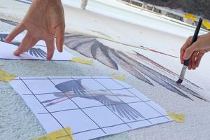 """Mit Hilfe eines Rasters überträgt Ulrich Allgaier die Skizzen auf die Fassade<span class=""""bildnachweis"""">Fotos: Ulrich Allgaier</span>"""