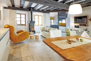 Die sichtbaren, ursprünglich von Hand gehauenen Deckenbalken in Appartement 3 strahlen fast schon Landhausatmosphäre aus