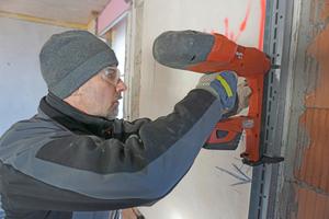 Mit dem Setzgerät kann man Befestigungen in Beton und Vollziegeln sowie mit speziellen Nägeln in Stahl anbringen. In Hochlochziegeln (rechts im Bild) halten die Nägel nicht Fotos: Thomas Wieckhorst