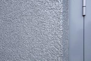 Die neue Metallic-Effekt-Beschichtung Knauf Fassadol Metallic verleiht Wänden innen wie außen einen individuellen metallisch glänzenden Charakter