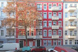 """Oben: Echter Stuck oder gemalt: Von weitem lässt sich das bei dieser Fassade an einem Gründerzeithaus in der Berliner Tellstraße 13 nicht entscheiden<span class=""""bildnachweis"""">Foto: Thomas Wieckhorst</span>"""