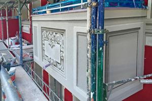 Graumalerei an einem Balkon unmittelbar nach Abschluss der Malerarbeiten