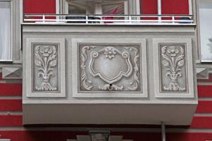 Je nach Geschoss variiert das auf die Balkone aufgebrachte Motiv