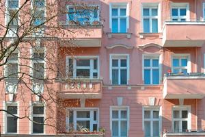 """Links: Die Fassade in der Tellstraße vor Beginn der Sanierungsarbeiten<span class=""""bildnachweis"""">Foto: Graco</span>"""
