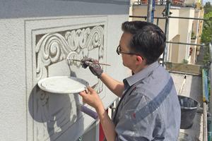"""Ausführung der Graumalerei an einem Balkon durch einen Maler der Firma Graco<span class=""""bildnachweis"""">Fotos (3): Graco</span>"""