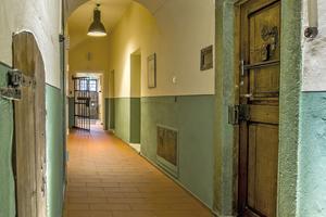 Flur im Erdgeschoss mit neuem Fußbodenbelag aus Dachziegeln