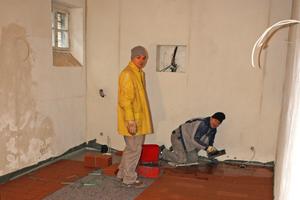 Rechts: Im Erdgeschoss verklebten die Fliesenleger hoch gebrannte Dachziegel als Fußbodenbelag mit Epoxidharz direkt auf die Aluminiumelemente der Fußbodenheizung