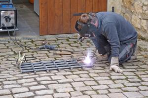 Die Eisengitter werden aufgearbeitet an die neue Nutzung angepasst