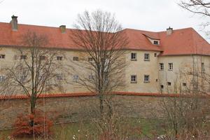 Gebäuderückseite vom Wall aus gesehen: Aus dem über 300 Jahre alten Amberger Gefängnis Fronfeste wurde ein modernes Hotel