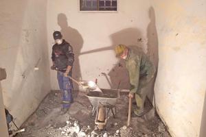 Der im Erdgeschoss verrottete Holzfußboden musste ausgebaut werden