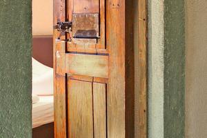 Links: Die original erhaltenen Zellentüren erinnern an die einstige Nutzung als Gefängnis