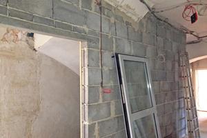 Rechts: Eine massive Wand schließt im Obergeschoss das einst offene Treppenhaus