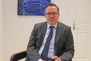 Unser Interviewpartner: Jens Oliver Lohrengel ist Fachanwalt für Miet- und Wohnungseigentumsrecht, Fachanwalt für Bank- und Kapitalmarktrecht sowie Mediator / Wirtschaftsmediator. Er arbeitet in der Kanzlei Gunkel, Kunzenbacher & Partner in Bielefeld