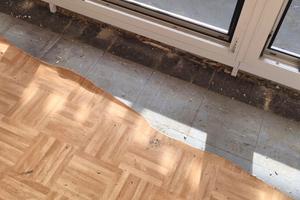 """Rechts: Vinylbelag (Bahnenware) verlegt über FloorFlexPlatten, verklebt mit asbesthaltigem Bitumenkleber. Montage der neuen Fensteranlage auf asbesthaltigem Kleber – Nachahmung nicht wünschenswert!<span class=""""bildnachweis"""">Fotos: Christina Nixdorf-Doose</span>"""