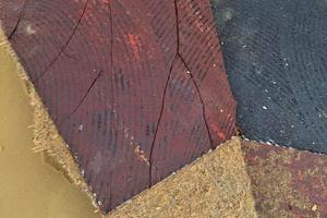 """Links: Verklebter Teppichboden auf asbesthaltigen FloorFlex-Platten und asbest- und PAK-haltigem Kleber<span class=""""bildnachweis"""">Fotos: Christina Nixdorf-Doose</span>"""