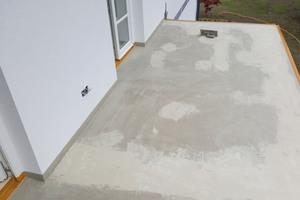 Nach der Abdichtung von Fläche und Details haben die Verarbeiter beide Balkone für das Aufbringen der Nutzschicht vorbereitet