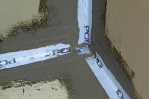 Links: Verbundabdichtung mit elastischen Dichtbändern an den Übergängen zwischen Boden und Wand sowie zwischen Wand und WandFotos: PCI