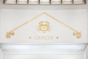 Rechts unten: Das Krebs-Relief wurde restauriert und neu vergoldet