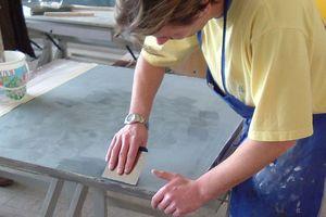 Michael Ertl spachtelt Wachsseife auf die fertige Hornstuck-Oberfläche