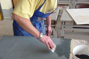 Michael Ertl bringt den ersten Farbauftrag mit pigmentierter Hornstuck-Spachtelmasse mit der Japanspachtel auf