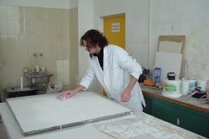 Markus Schwab schleift den zweiten Spachtelauftrag mit Schleifpapier und Schleifklotz