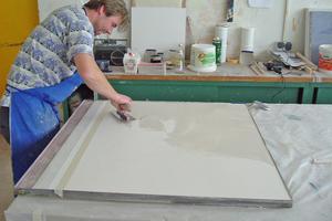 Michael Ertl port die Oberfläche vor dem ersten Farbspachtelauftrag mit der Hornspachtel ab