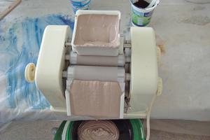 Die fertig gemischten Farbtöne für die Hornstuck-Technik werden in der elektrischen Farbmühle gemahlen