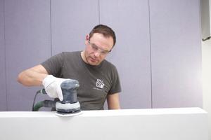 Viktor beim Schritt 4: Zwischenschliff mit dem Exzenterschleifer ETS 150 und Granat Schleifmittel P150
