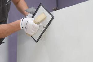 Viktor beim Schritt 4: Nach dem Mischen von Microcemento Fino mit Acrylharz trägt er das Material auf und zieht es auf Kornstärke ab