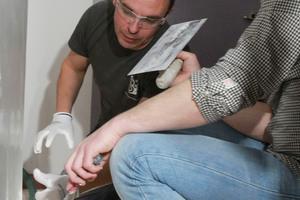 Viktor Kryuchok – langjähriger Mitarbeiter bei Blanco Seda – zeigt Festool Schulungsreferent Dino Frey, wie man Mikrozement hochwertig verarbeitet