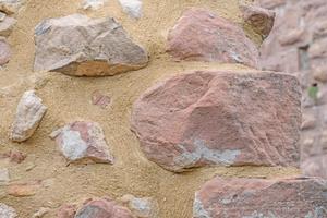 Als empfindlich eingestufte Stellen im Mauerwerk wurden von Hand verfugt
