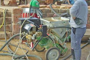 Die Mauerkronen verfugten die Handwerker im Trockenspritzverfahren
