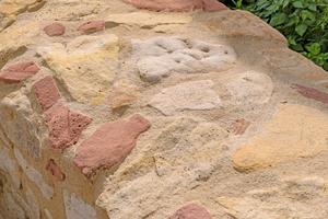 """Die Mauerkronen-Variante des Trasskalk-Fugenmörtels zeichnet sich durch eine stark verringerte Wasseraufnahme aus<span class=""""bildnachweis"""">Fotos: tubag</span>"""