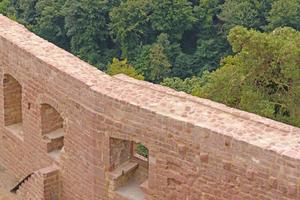 Links: Für die Mauerkronen verwendeten die Handwerker einen Trasskalk-Fugenmörtel, der an die stärkeren Witterungseinflüsse auf der Krone angepasst ist