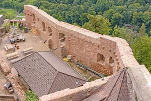 """Rechts: Vom Palas sind hauptsächlich zwei große Wandflächen erhalten geblieben<span class=""""bildnachweis"""">Fotos (3): tubag</span>"""