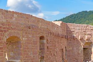 Rechts oben: Einige Abschnitte wie die oberen Steinlagen der Palasmauer mauerten die Handwerker neu auf