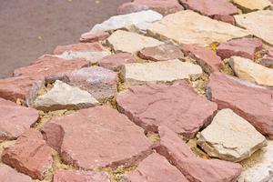 Links: Im Umfeld der Ruine finden sich genügend Steine, um Lücken auszufüllen