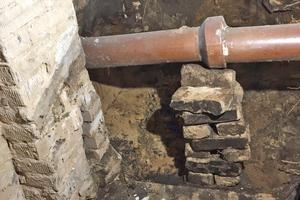 Ursache für das Feuchtigkeitsaufkommen im Keller war ein gebrochenes Abflussrohr
