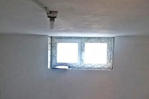 Fertig sanierter Kellerraum mit neu eingebautem Kellerfenster