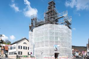 Allround-Fachwerkträger als freitragende Überbrückungen für die Einrüstung des zentral aufgesetzten Glockenturms der evangelischen Kirche in Wiesbaden Naurod⇥Foto: Layher