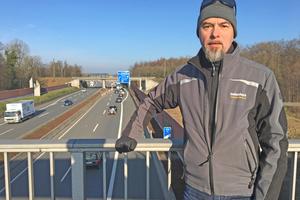 Thomas Schwarzmann, Redakteur der bauhandwerk, auf einer Brücke über die A33 bei Bielefeld, das zu den 70 deutschen Städten mit Grenzwertüberschreitungen bei NO2 gehörtFoto: Thomas WieckhorstKontakt: 05241/8089309, thomas.schwarzmann@bauverlag.de
