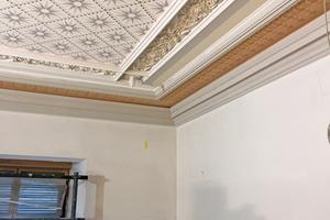 Anschließend werden die Wände und Decken mit Stuck und Malereien verziert