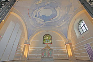 """Das Gewölbe der Taufkapelle ist in bewegten, durchscheinenden, zarten Farbflächen blau ausgemalt<span class=""""bildnachweis"""">Fotos: Keim</span>"""