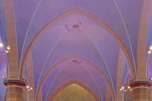 In der Kirche St. Dionysius in Elsen zieht sich durch alle Räume Blau als die Farbe des Himmels – hier unterstützt von farbigen LED-Strahlern